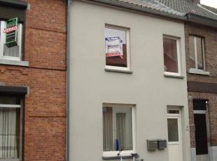 Gezellige arbeiderswoning gelegen nabij de Maastrichtersteenweg.  Bestaande uit hall, living, geïnstalleerde keuken (kasten, dubbele inox afwasba