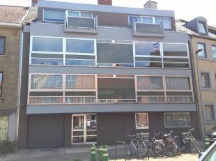 Intapklaar appartement 2°Verdieping rechts gelegen op wandelafstand van het stadscentrum.  Bestaande uit hall, apart toilet, living, keuken (kaste