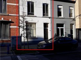 Te renoveren rijhuis dichtbij de kleine ring, in een zijstraat van de Maastrichtersteenweg. Op korte afstand zijn tal van restaurants, winkels en nog