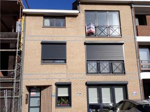 Instapklaar appartement  2°Verdieping.  Bestaande uit hall, apart toilet, living met open keuken (kasten, enkele inox afwasbak, halogeen kookplate