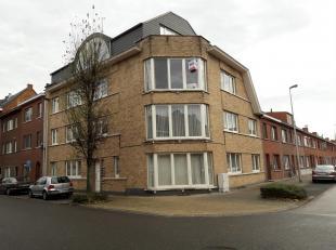 Mooi appartement Nr. 1 - gelijkvloers links. Bestaande uit: hall, apart toilet, living met open keuken (kasten, dubbele inox afwasbak, elektrisch forn