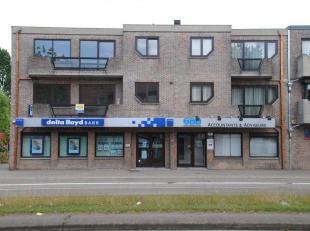 Volledig gerenoveerd appartement (2e verdiep rechts) nabij het centrum en enkele minuten van de autosnelweg. Bestaande uit: hall, toilet, living, keuk