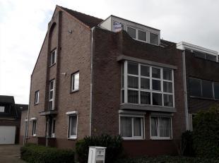Instapklaar appartement 2e verdieping gelegen nabij de Kempische Steenweg.  Bestaande hall, apart toilet, living, keuken (kasten, enkele afwasbak, ele