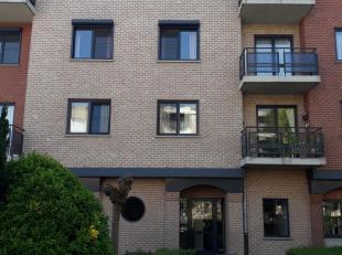 Instapklaar appartement 3e verdieping.  Bestaande uit hall, apart toilet, living met open keuken (kasten, dubbele afwasbak, elektrisch fornuis, dampka