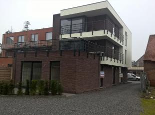 Instapklaar appartement gelijkvloers achterkant nr. 0.02 gelegen in het centrum van Kuringen.  Bestaande uit hall, living met open keuken (kasten, enk