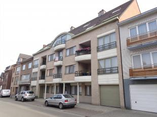 Instapklaar appartement 2de verdieping midden, gelegen in het centrum van Kuringen. Bestaande uit: hall, apart toilet, L-vormige living met volledig g