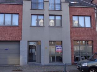 Ruim instapklaar appartement gelijkvloers rechts gelegen in centrum Kuringen. Bestaande uit: hall, apart toilet, living met open keuken (kasten met ko