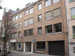 Appartement 2e verdieping rechts gelegen in het stadscentrum. Bestaande  uit: hall, apart toilet, living met open keuken (kasten, dubbele inox afwasba