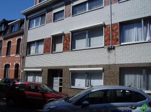 Appartement 2°Verdieping gelegen op wandelafstand van het stadscentrum.  Bestaande uit hall met vestiaire, living met open keuken (kasten, enkele