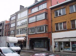 Ruim appartement 1e verdieping gelegen nabij het stadscentrum.  Bestaande uit hall, apart toilet, living, keuken (kasten, dubbele afwasbak, elektrisch