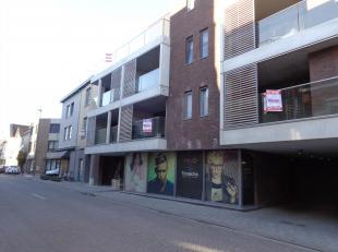 Instapklaar appartement 1e verdieping midden.  Bestaande uit hall, apart toilet, living met open keuken (kasten, dubbele inox afwasbak, keramische koo