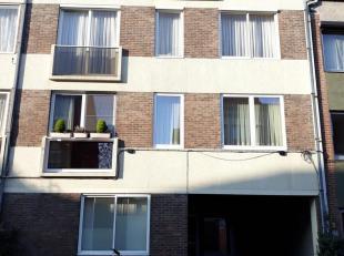 Instapklaar appartement 3e verdieping gelegen nabij de Maastrichtersteenweg.  Bestaande uit hall, apart toilet, living, keuken (kasten, enkele afwasba