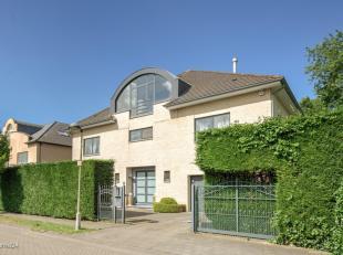 Lieu: spacieuse maison de +- 450 m² habitables, située dans le beau village Wilrijk<br /> Division:<br /> Rez-de-chaussée: La