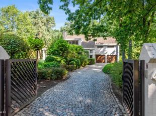 Prachtige villa in rustige groene omgeving op perceel van 3.817m².Ligging:Centraal doch rustig gelegen op toplocatie vlakbij het centrum van Schi