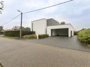 Moderne villamet 2 SLPK. op perceel van 854m².<br /> Ligging: Zeer rustig gelegen. Op enkele minuten van het centrum, winkels, E34, ...<br /> Ind