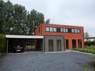 Nieuwbouw BEN-woning met 4 SLPKDeze moderne villa werd opgeleverd in 2016 en is volledig energieneutraal met een E-peil van E2!Ligging: De woning is g