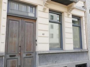 Een gelijkvloers kantoor- of praktijkruimte van +/- 33m² met achteraan een terras van +/- 11m². Achteraan bevindt er zich nog een ruimte van