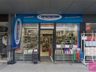 """Commerciële handelsgelijkvloers met oppervlakte van +/-86 m², vlakbij """"Zeeman"""", """"Panos"""", """"Hema"""", """"Carrefour"""" e.a."""