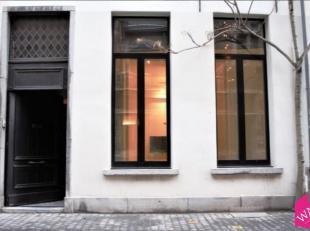 Deze handelsgelijkvloers met kelder is gelegen in de Everdijstraat, de straat die de Kammenstraat met de Korte Gasthuisstraat verbindt.<br /> De comme