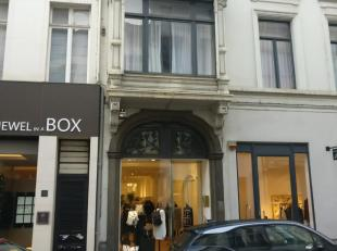 "Dit prachtige karaktervolle handelspand is gelegen in de Leopoldstraat, naast ""Rue Blanche"" en ""Jewel in a Box"", vlakbij ""Pomellato"", ""Rimowa"", ""Louis"