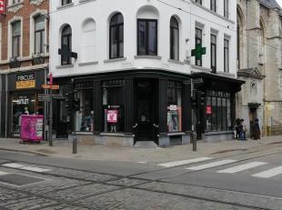 Deze winkel is gelegen op een uiterst zichtbare hoek in de St-Katelijnevest, vlakbij de Meir.<br /> Het pand beschikt over authentieke elementen die e