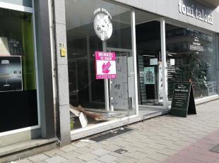 """Deze handelsgelijkvloers is gelegen op de Mechelsesteenweg, vlakbij """"Le Pain Quotidien"""", """"Louis Delhaize"""", """"The Short Way"""", """"Basic Fit"""", e.a. De gelij"""