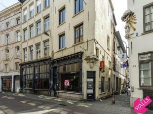 Deze deels te renoveren handelsgelijkvloers is gelegen in de Oude Beurs, een zijstraat van de Lange Koepoortstraat.<br /> Voordien was het ingericht a