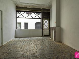 Dit commercieel pand is gelegen vlakbij het Falconplein. De winkel is +/- 50m² groot en geniet van een prachtige authentieke tegelvloer en een kl