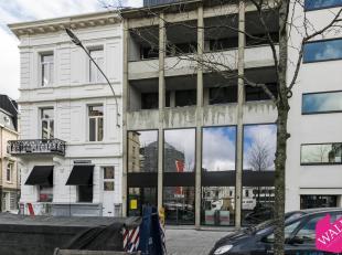Deze kantoorruimte van +/- 124m² met een klein terras (+/- 10m²) is gelegen op de 1ste verdieping in een charmante en bruisende handelswijk