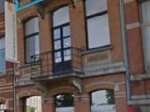 Dit kantoorgebouw is gelegen op de Desguinlei, vlakbij de Singel en toegangswegen. Het kantoor bevindt zich op de tweede verdieping en geniet veel dag