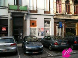 """Deze winkel is gelegen op de St-Paulusplaats, vlakbij het gekende restaurant """"Amadeus"""", en dient volledig gerenoveerd te worden. Hoge plafonds, dit pa"""