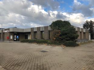 In het centrum van Diepenbeek, vlakbij de kerk, bevindt zich dit polyvalent gebouw ( samen met Bpost ) met 4 garages en buitenstaanplaatsen. <br /> To