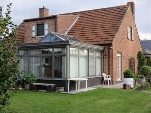 Rustig gelegen en ruim huis met garage en tuin.<br /> Dit huis met drie slaapkamers is sterk gebouwd in Fermettestijl met een grote recente veranda.<b