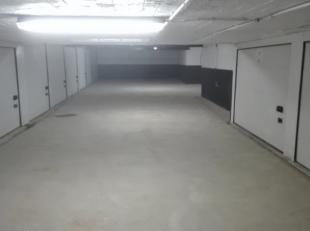 ondergrondse afgesloten garagebox. Beschikbaar vanaf 01/07/2019. Maandelijkse provisiekost van 5 euro voor de gemeenschappelijke lasten.