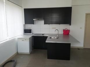 appartement bestaande uit 2 slaapkamers, ruime living, open keuken, badkamer met bad. Maandelijkse provisiekost van 5 euro voor de gemeenschappelijke