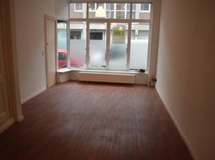appartement op gelijkvloers bestaande uit 1 slaapkamer, badkamer met douche, ruime keuken, woonkamer en binnenkoer. Maandelijkse provisiekost van 35 e