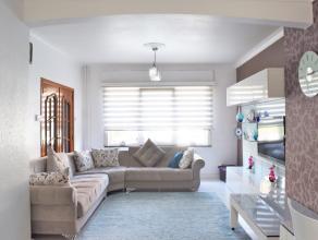 Instapklare gezinswoning met 3 slaapkamers, garage en zonnige stadstuin dewelke bereikbaar is langs de achterzijde. Rustig gelegen op 5min fietsen van