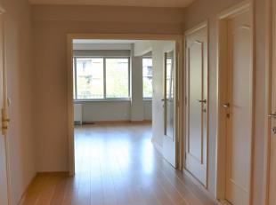 Appartement recht in het Centrum van Genk. Dit appartement is pas gerenoveerd. Het appartement beschikt over een ruime inkomhal, leefruimt met open ke