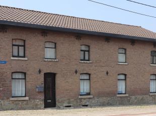 Deze ruime woning biedt een volgende eigenaar werkelijk tal van mogelijkheden.<br /> Op de benedenverdieping vinden we de ruime leefruimte met gezelli