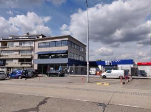 Representatief bedrijfsgebouw op centrale locatie langsheen de commercieel interessante Bisschoppenhoflaan te Antwerpen-Deurne.Vlotte ontsluiting via