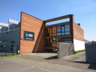 Strategisch gelegen KMO-gebouw, omvattende ca. 565 m² opslagruimte, ca. 130 m² kantoren en een polyvalente kelder van ca. 40 m².Contact