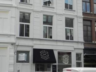 Het prachtige pand is gelegen op het eerste deel van de Oudaan vlakbij de Kammenstraat. Buurt met mooie design- en haute couture winkels: Ermenegildo