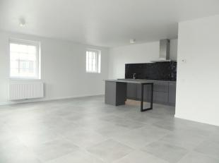 Indeling: Inkomhal/overloop op tegelvloer naar: 1ste slaapkamer 13,60m² op keramisch parket. 2de slaapkamer 9,80m² op keramisch parket. Apar