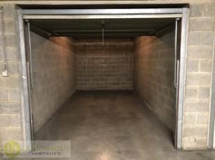 Tussen het centrum van Tongeren en het station hebben wij deze garagebox te koop. De garagebox is gelegen onder de Carrefour op de Jaminéstraat