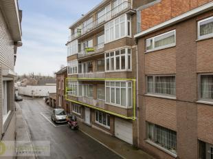 In het centrum van Tongeren vinden we dit ruim appartement terug. Het is gelegen op de eerste verdieping (lift aanwezig). Het appartement beschikt ove