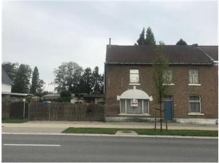 Huis om te renoveren of projectgrond, centraal gelegen aan de Kiezelweg te Lanaken. Zeer strategische ligging voor zowel commerciële doeleinden.