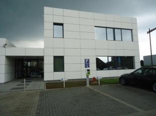 Stijlvolle kantoren, ong. 375 m² voorzien van alle modern comfort gelegen langs de E313 afrit nr. 29 met voldoende parkeergelegenheid op eigen te