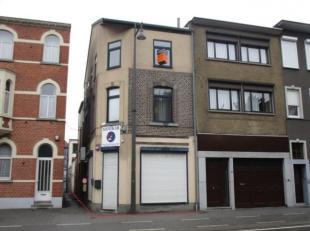 Investeringspand bestaande uit een gelijkvloerse winkel en 2 appartementen telkens ong. 75m² groot, goed gelegen op 1a30ca aan de stadsrand nabij