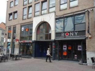 Commercieel pand 105 m² voormalig huurder Parfumerie Rony gelegen op toplocatie in drukke winkelstraat met gekende buren zoals o.a. Base, Leonida