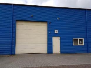 Polyvalente bedrijfsunit met een oppervlakte van 360 m² en inpandig een kantoorruimte gelegen op het bedrijventerrein Kiewit/Hasselt en vlakbij d